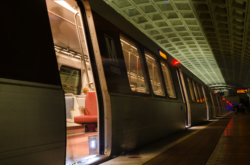 Metro waiting with doors open at platform at Smithsonian Station